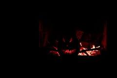 Gruseliger Kürbiskamin Halloweens mit dem Feuer, lokalisiert im DA Lizenzfreies Stockbild