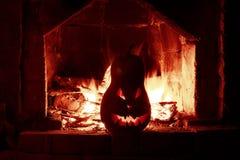 Gruseliger Kürbiskamin Halloweens mit dem Feuer, lokalisiert im Re Lizenzfreie Stockbilder