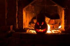 Gruseliger Kürbiskamin Halloweens mit dem Feuer, lokalisiert in oder Stockbild