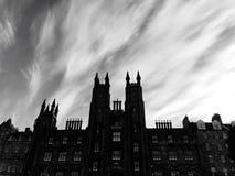 Gruseliges Schloss mit Geistwolke Stockbild
