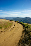Grusväg i berg Arkivbild