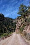 Grusväg i de steniga bergen Royaltyfri Fotografi