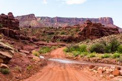 Grusväg i den sydliga Utah öknen Arkivbild