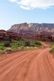 Grusväg i den sydliga Utah öknen Royaltyfria Bilder