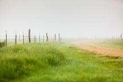 Grusväg i dimman Royaltyfria Bilder
