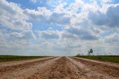 Grusväg i Ryssland per klar solig morgon Royaltyfria Bilder