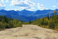 Grusväg och berg i Sibirien royaltyfri foto