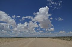 Grusväg och moln Royaltyfri Foto