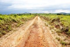 Grusväg på den Nyika platån Royaltyfri Bild