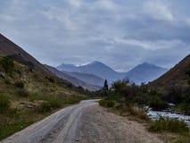 Grusväg till bergklyftan arkivfoton