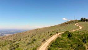 Grusvägen leder till Lucky Peak i utlöparen deserterar nära Boise Idaho stock video