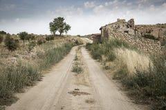 Grusvägen och fördärvar av övergav lantliga hus bredvid Borja, Spanien Arkivfoton