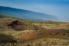 Grusvägen på Tenerife det höga berget parkerar Royaltyfria Bilder