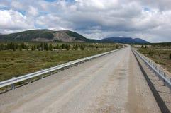 GrusvägKolyma statlig huvudväg på vildmark av Ryssland Royaltyfria Foton