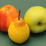Gruszka i dwa jabłka Stock Photos