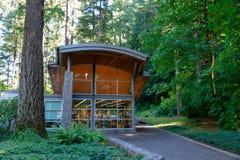 A gruta, é um santuário e um santuário exteriores católicos situados no distrito de Madison South de Portland, Oregon, Estados Un fotografia de stock royalty free