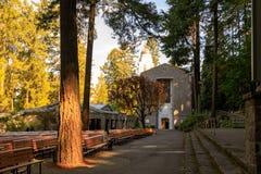 A gruta, é um santuário e um santuário exteriores católicos situados no distrito de Madison South de Portland, Oregon, Estados Un fotografia de stock