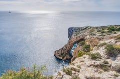Gruta azul en la costa meridional de Malta Fotos de archivo