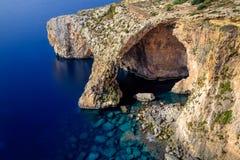 Gruta azul en la costa sur de Malta Foto de archivo