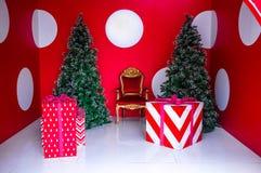 Gruta con la silla del oro y del terciopelo y dos árboles de navidad Fotos de archivo