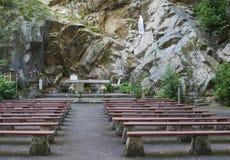 Gruta da caverna com os bancos para a oração fotos de stock royalty free