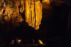 A gruta da surpresa dos meios de Sung Sot é a caverna a mais grande em Halong Foto de Stock