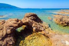 Gruta de pedra natural na costa mediterrânea Foto de Stock