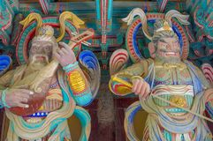 Gruta de Seokguram e centro do patrimônio mundial do UNESCO do templo de Bulguksa - esculturas coloridas enormes bonitas de dois  imagens de stock royalty free
