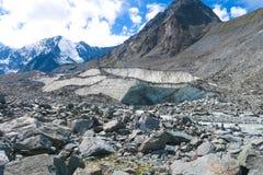 Gruta del glaciar en la moraine de las montañas Monta?as de Altai Rusia foto de archivo