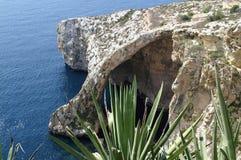 Gruta do mar na ilha de Malta no mar Mediterrâneo imagens de stock