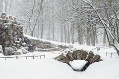 Gruta en parque de la ciudad en snowfal Fotografía de archivo