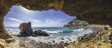 Gruta natural da rocha na praia em Playa del Cura, perto do playa A fotografia de stock