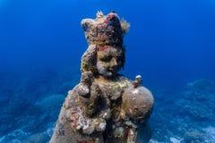 Gruta subaquática da criança santamente Jesus em um recife de corais raso foto de stock