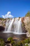 Gruta vattenfall - Serra da Canastra National Park - Delfinopolis Royaltyfri Foto