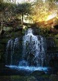 Gruta y cascadas en parque de HEVER. Imagen de archivo libre de regalías
