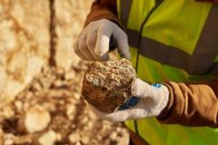 Gruvarbetare Holding Chunk av mineral fotografering för bildbyråer