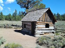 Gruvarbetares kabin, 'pygmékabinen', Holcomb dal, Big Bear, CA royaltyfria bilder