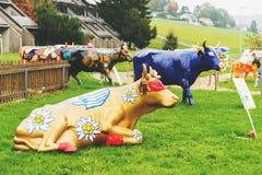 GRUYERE, DIE SCHWEIZ - 29. APRIL 2014: Schweizer Restoroute Motel de la Gruyère, der Ausstellung mit Poya-Kühen darstellt lizenzfreies stockbild
