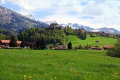 Gruyere-Schloss und Alpen, die Schweiz Stockfotos
