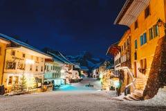 Gruyeres-Stadtdorf bei der Schweiz im Winter nachts stockbild
