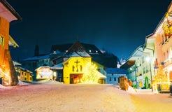Gruyeres-Stadtdorf in die Schweiz-Winterder nacht stockbild