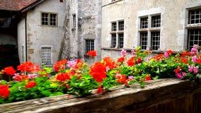 Gruyeres, Suíça - 5 de setembro de 2017: A passagem na área interna do terraço do castelo de Gruyeres vídeos de arquivo