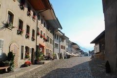 GRUYERES, SUIZA - 8 DE SEPTIEMBRE: Vista de la calle principal en el pueblo suizo Gruyeres, Suiza Imágenes de archivo libres de regalías