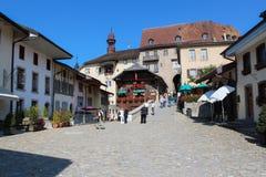 GRUYERES, SUIZA - 8 DE SEPTIEMBRE: Vista de la calle principal en el pueblo suizo Gruyeres, Suiza Foto de archivo