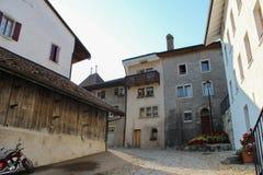 GRUYERES, SUIZA - 8 DE SEPTIEMBRE: Vista de la calle principal en el pueblo suizo Gruyeres, Suiza Imagen de archivo libre de regalías