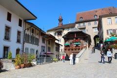 GRUYERES, SUIZA - 8 DE SEPTIEMBRE: Vista de la calle principal en el pueblo suizo Gruyeres, Suiza Foto de archivo libre de regalías