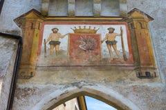 Gruyeres Szwajcaria, Czerwiec, - 10, 2016: Szczegół od Idylliczny Średniowiecznego smal obraz royalty free