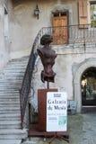 GRUYERES SZWAJCARIA, WRZESIEŃ, - 08: H r giger muzeum z kilka rzeźbami wystawiać wokoło wejścia, - Wrzesień 08, 201 Zdjęcie Royalty Free