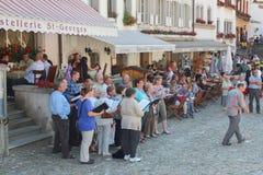 GRUYERES SZWAJCARIA, WRZESIEŃ, - 08: Widok główna ulica w szwajcarskiej wiosce Gruyeres, Szwajcaria Zdjęcia Royalty Free