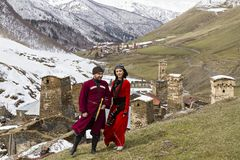 Gruzińska para w krajowych kostiumach w Ushguli, Gruzja zdjęcia stock